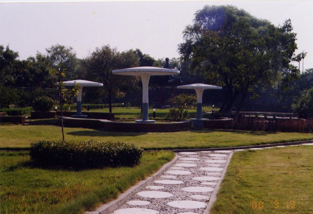 校门东侧的小游园,1996年建成。