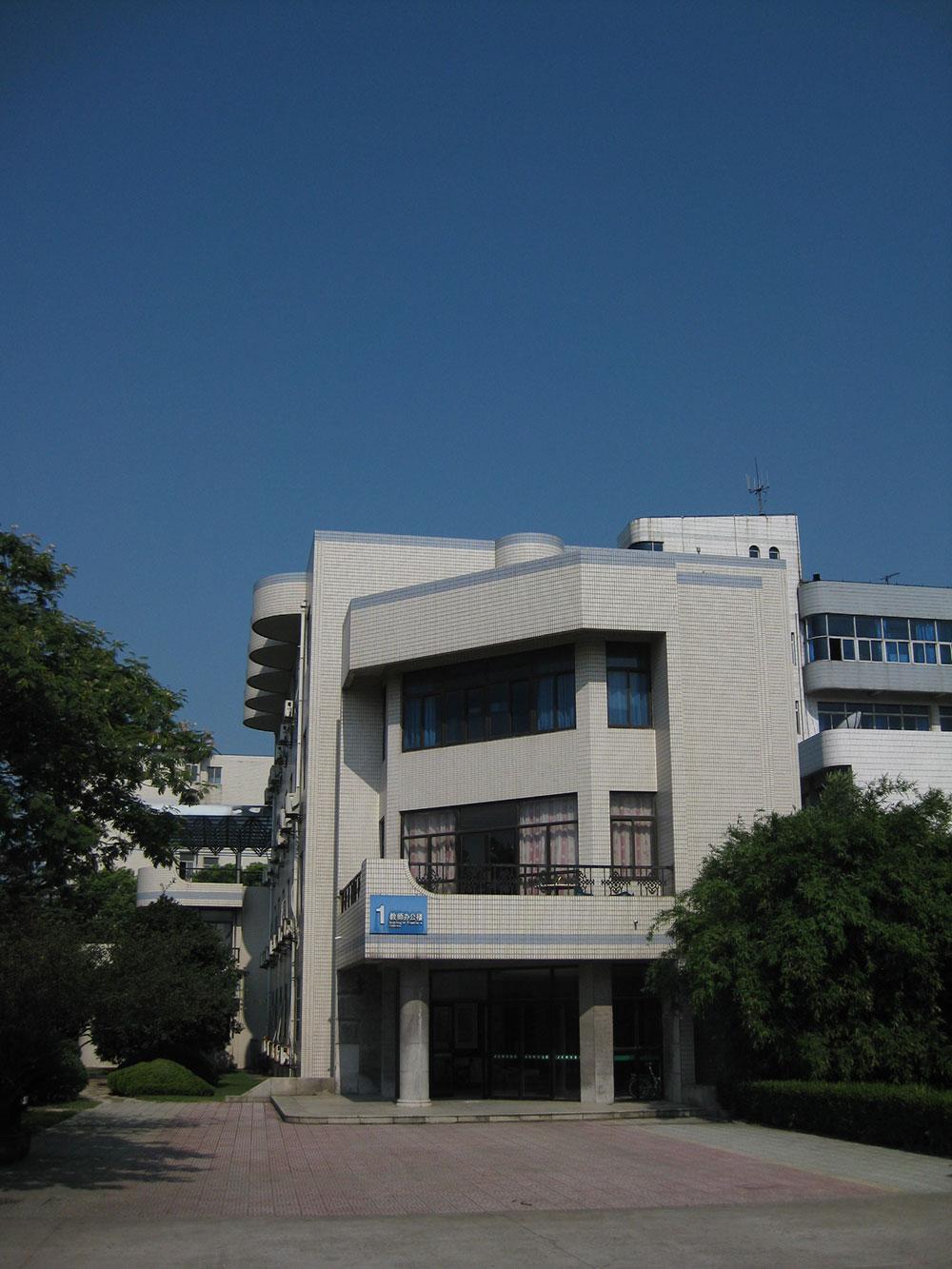 教师办公楼,砖混结构,1991年落...