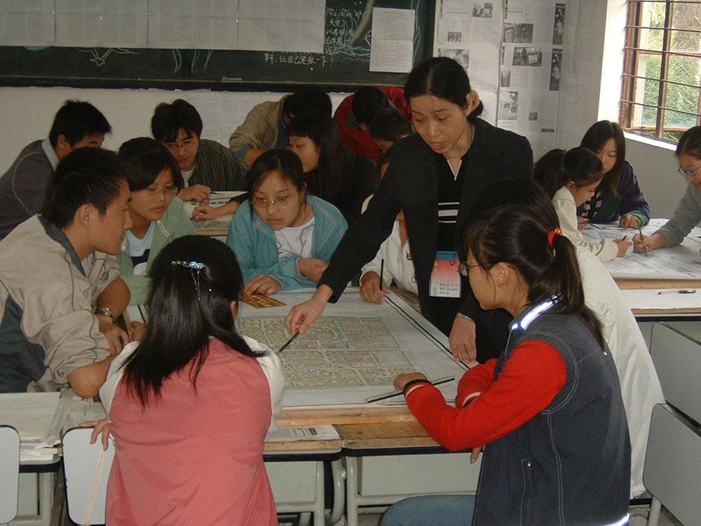 图为教师在辅导学生方案设计