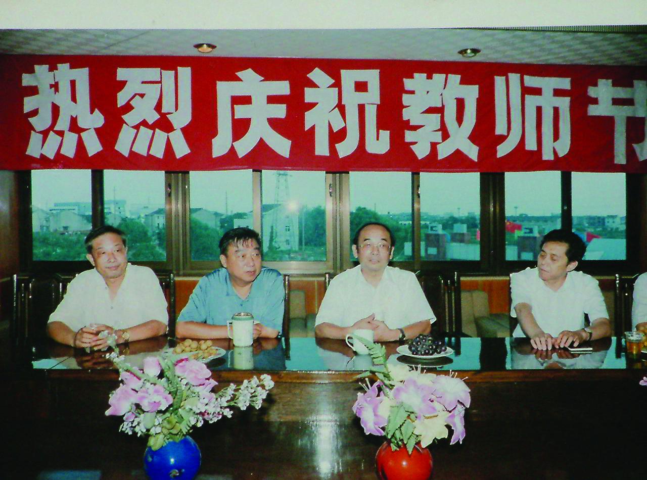 1991年9月,省建委主任颜伟参加教...