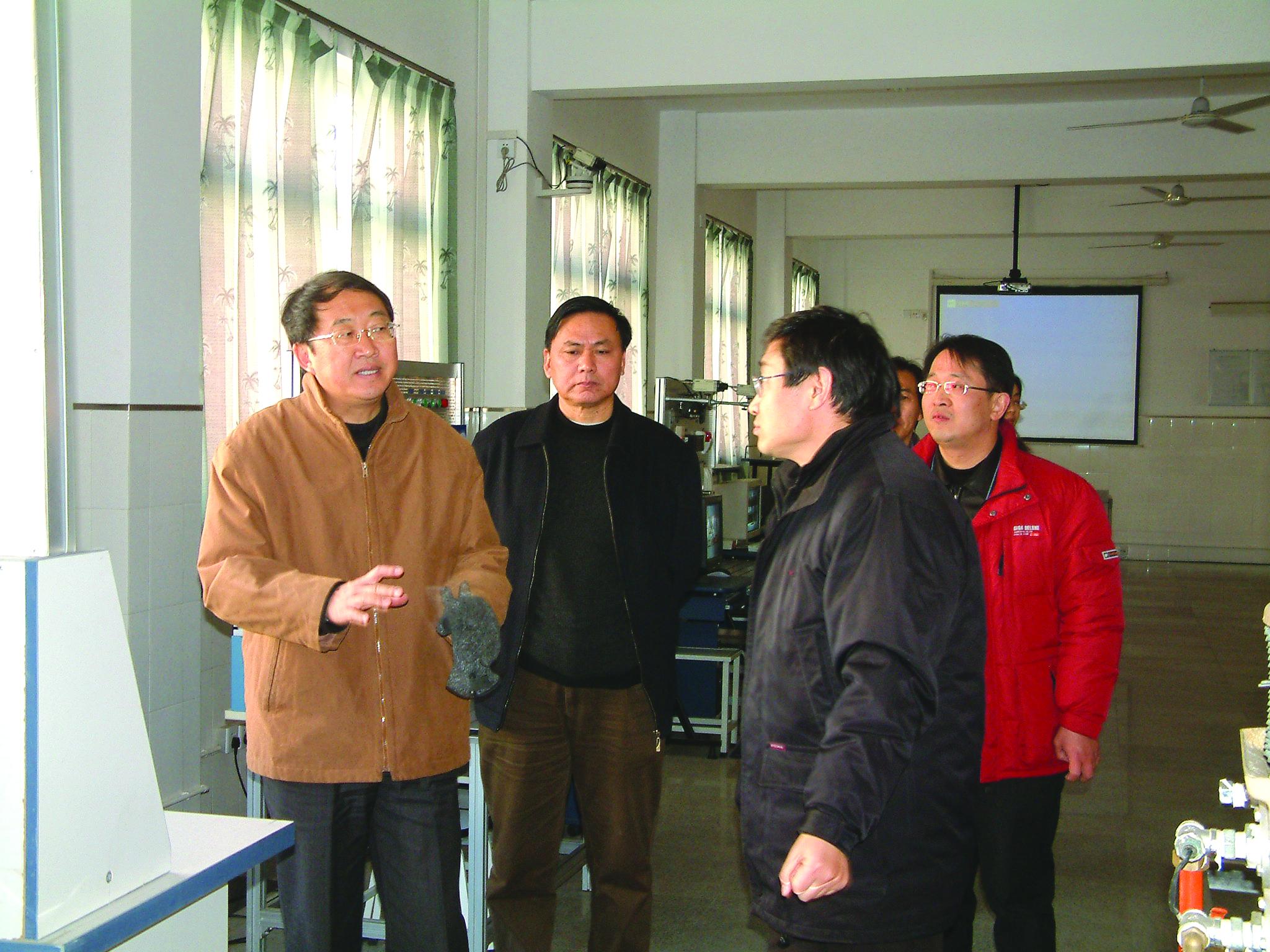 2005年,省建设厅副厅长徐学军来...